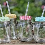 Party Becher 4 Stück Trinkglas mit Henkel Farben gemischt mit Strohhalm