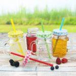Trinkgläser mit Deckel und Trinkhalm - 500 ml - 7,5 x 10,5 x 13 (LxBxH), verschiedene Mengen und Farben wählbar - rot, grün, gelb und blau, Stückzahl:4 Stück, Farbe:Gemischt